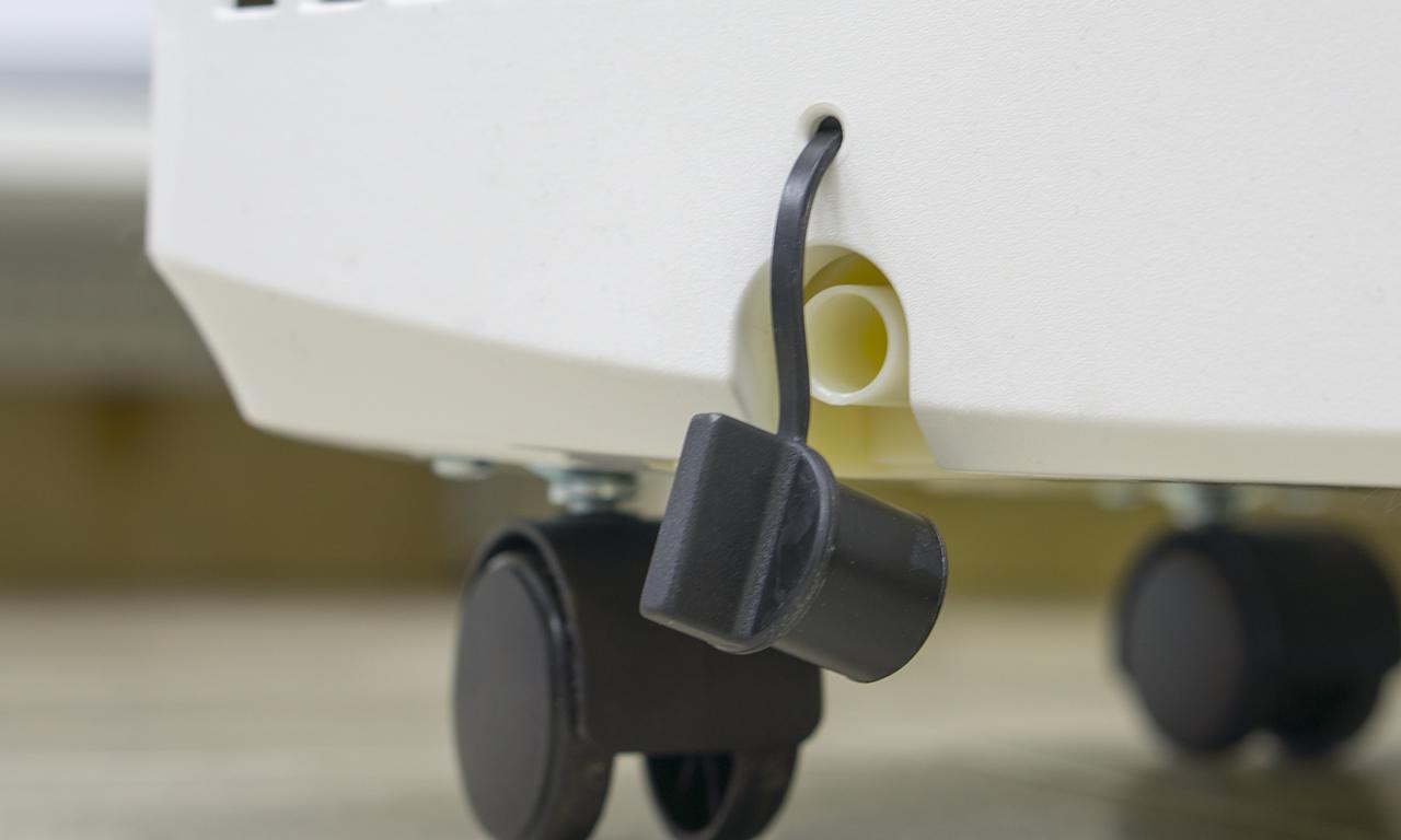 Мобильный кондиционер Electrolux EACM отверстие с пробкой для слива конденсата