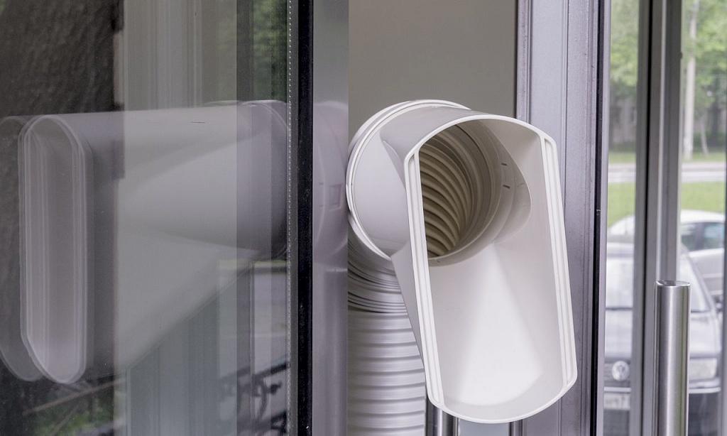 Мобильный кондиционер Electrolux EACM вид воздуховода с улицы